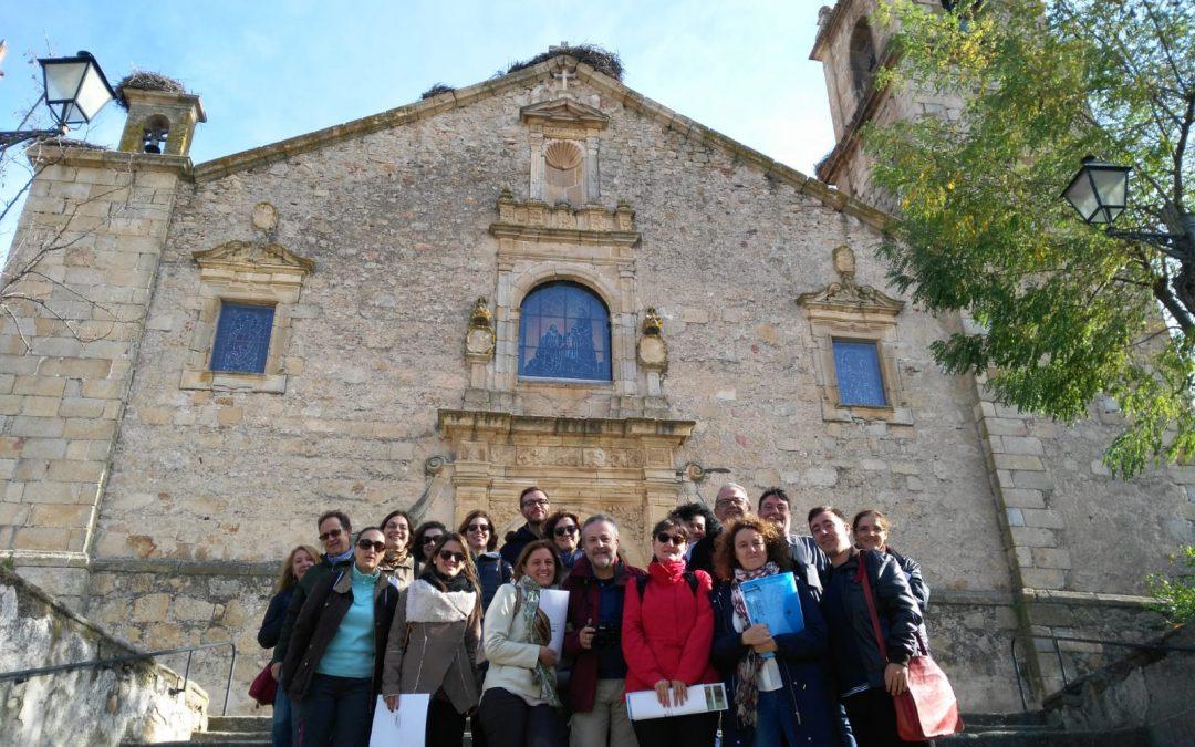 Grupo con Álvaro Vázquez Cabrera frente a la iglesia de Rocamador de Valencia de Alcántara