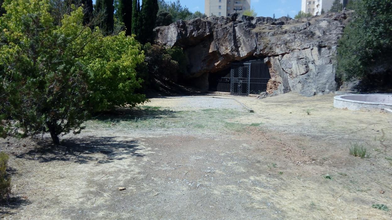 Visita a la Cueva de Maltravieso (Cáceres), frente a la boca de la cavidad