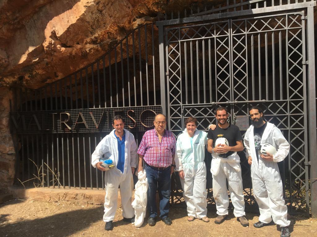 Visita a la Cueva de Maltravieso (Cáceres), fotografía de grupo y con el personal técnico