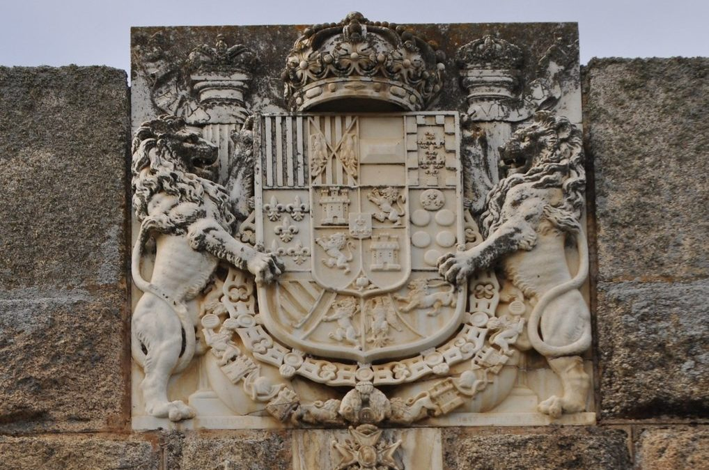 Armas de Isabel II en el puente de Alcántara