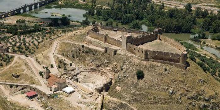Castillo medieval y teatro romano de Medellín